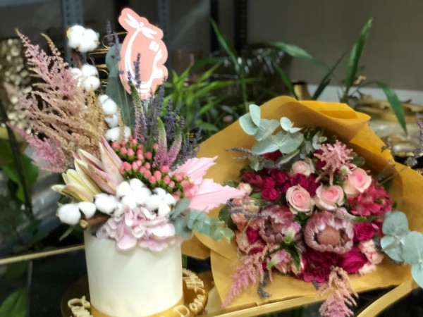 Astilbi Cake with Hand bouquet